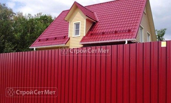 Фото 307. Красивый забор из профлиста профнастила металлопрофиля МП-20 красный винный RAL 3011