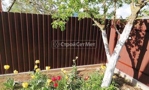 Фото 437. Забор из профлиста профнастила металлопрофиля коричневый 8017
