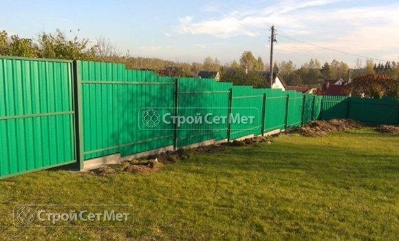 Фото 456. Забор из профлиста профнастила металлопрофиля светло-зеленый, салатовый 6002 зеленый лист обратная сторона