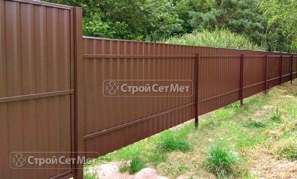 Фото 467. Забор из профлиста профнастила металлопрофиля коричневый 8017 обратная сторона