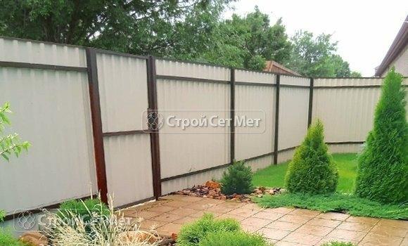 Фото 469. Забор из профлиста профнастила металлопрофиля коричневый 8017 обратная сторона