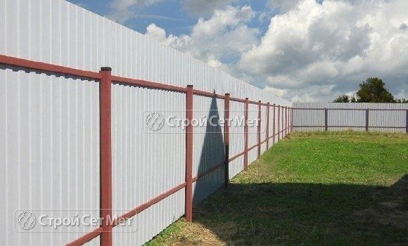 Фото 472. Забор из профлиста профнастила металлопрофиля коричневый 8017 обратная сторона