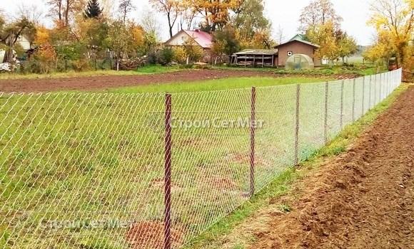 Фото 531. Забор из сетки рабицы на участке с монтажом
