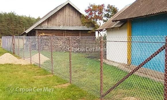 Фото 532. Забор из сетки рабицы у дома под ключ