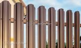 Забор из металлического штакетника, забор из евроштакетника, металлоштакетника, купить под ключ, картинки заборы коричневые 8017, установка, монтаж