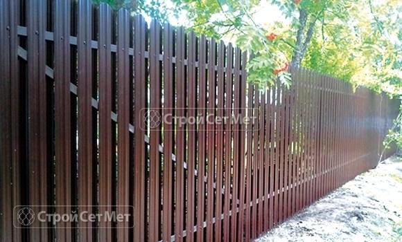 Фото 20. Забор из металлического двухстороннего штакетника, из евроштакетника коричневый RAL 8017