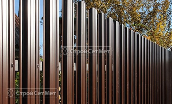 Фото 24. Забор из металлического одностороннего штакетника, из евроштакетника коричневый RAL 8017