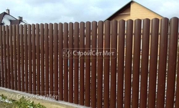 Фото 25. Забор из металлического одностороннего штакетника, из евроштакетника коричневый RAL 8017