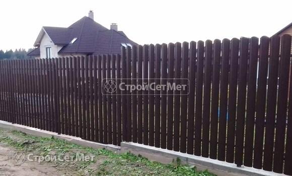 Фото 27. Забор из металлического одностороннего штакетника, из евроштакетника коричневый RAL 8017