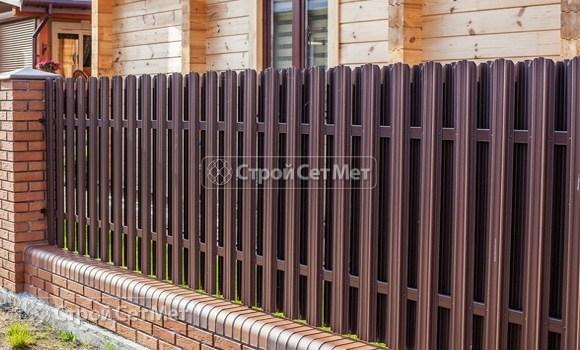 Фото 32. Забор из металлического двухстороннего штакетника, из евроштакетника коричневый RAL 8017