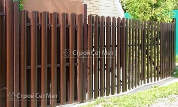 Фото 34. Забор из металлического двухстороннего штакетника, из евроштакетника коричневый RAL 8017