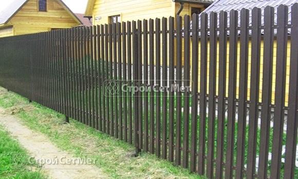 Фото 79. Забор из металлического одностороннего штакетника, из евроштакетника коричневый RAL 8017