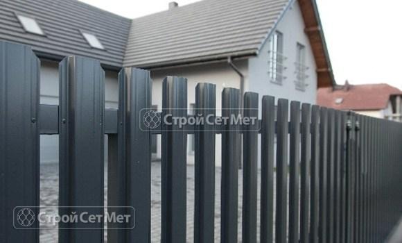 Фото 78. Забор из металлического одностороннего штакетника, из евроштакетника цвет серый графит RAL 7024