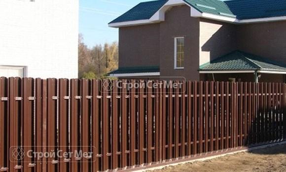Фото 12. Забор из металлического двухстороннего штакетника, из евроштакетника коричневый RAL 8017