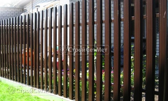 Фото 11. Забор из металлического одностороннего штакетника, из евроштакетника коричневый RAL 8017