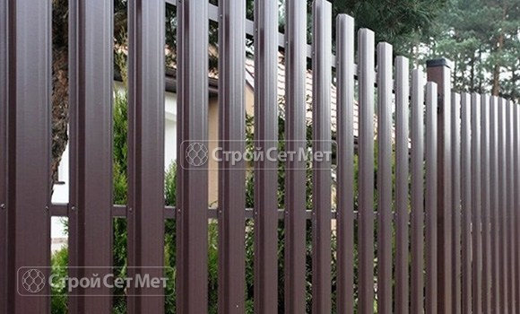 Фото 76. Забор из металлического одностороннего штакетника, из евроштакетника коричневый RAL 8017