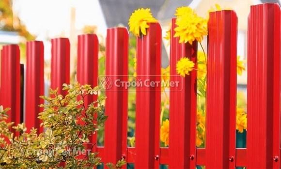 Фото 75. Забор из металлического одностороннего штакетника, из евроштакетника цвет красный