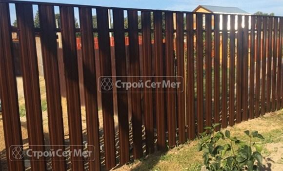 Фото 74. Забор из металлического одностороннего штакетника, из евроштакетника коричневый RAL 8017