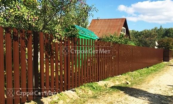 Фото 73. Забор из металлического одностороннего штакетника, из евроштакетника коричневый RAL 8017