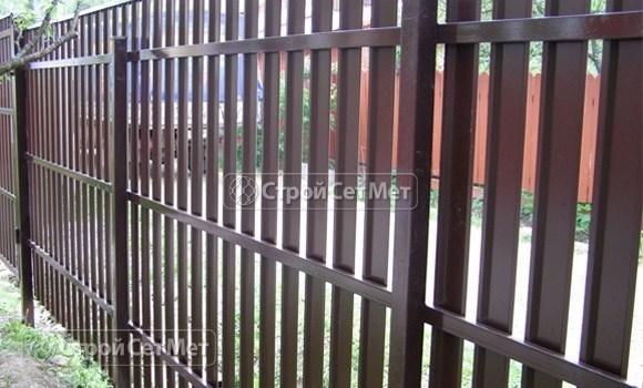 Фото 68. Забор из металлического одностороннего штакетника, из евроштакетника коричневый RAL 8017 (обратная сторона)