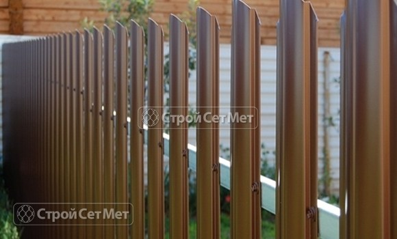 Фото 66. Забор из металлического одностороннего штакетника, из евроштакетника коричневый RAL 8017