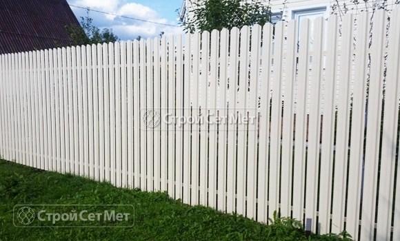 Фото 61. Забор из металлического одностороннего штакетника, из евроштакетника белый RAL 9003