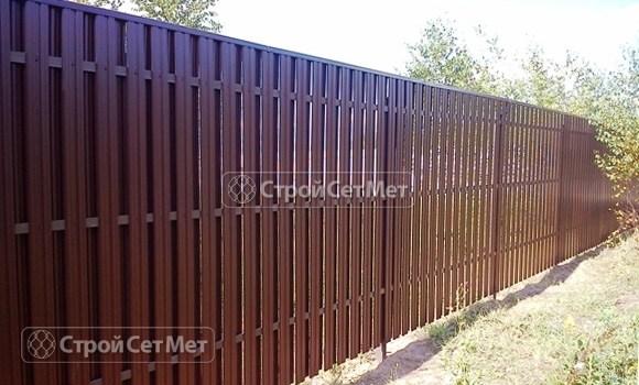 Фото 60. Забор из металлического двухстороннего штакетника, из евроштакетника коричневый RAL 8017