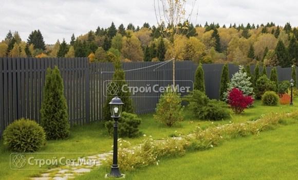 Фото 119. Забор из металлического двухстороннего штакетника, из евроштакетника серый графит RAL 7024