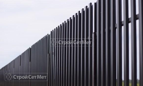 Фото 120. Забор из металлического двухстороннего штакетника, из евроштакетника цвет серый графит RAL 7024