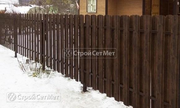 Фото 123. Забор из металлического двухстороннего штакетника, из евроштакетника коричневый RAL 8017