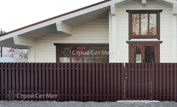 Фото 124. Забор из металлического двухстороннего штакетника, из евроштакетника коричневый RAL 8017