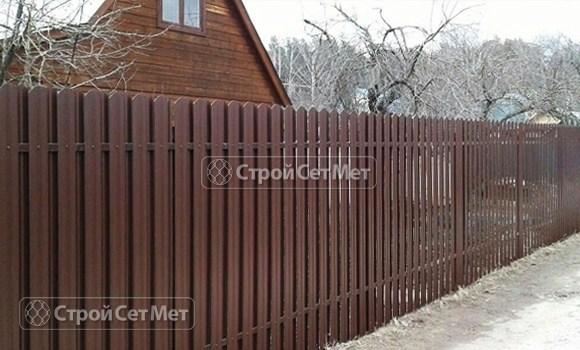 Фото 126. Забор из металлического двухстороннего штакетника, из евроштакетника коричневый RAL 8017