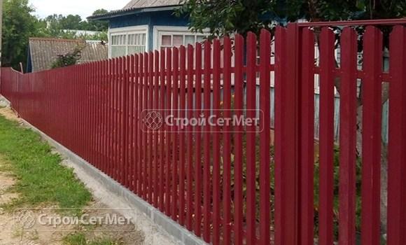 Фото 474. Забор из металлического одностороннего штакетника, из евроштакетника винно-красный RAL 3005