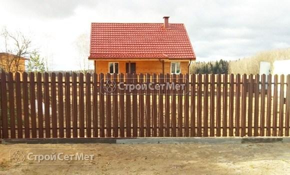 Фото 477. Забор из металлического одностороннего штакетника, из евроштакетника коричневый RAL 8017