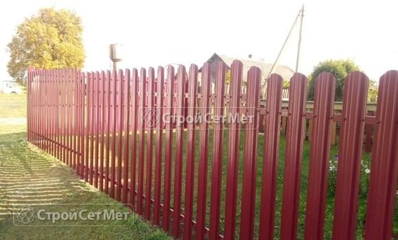 Фото 479. Забор из металлического одностороннего штакетника, из евроштакетника винно-красный RAL 3005