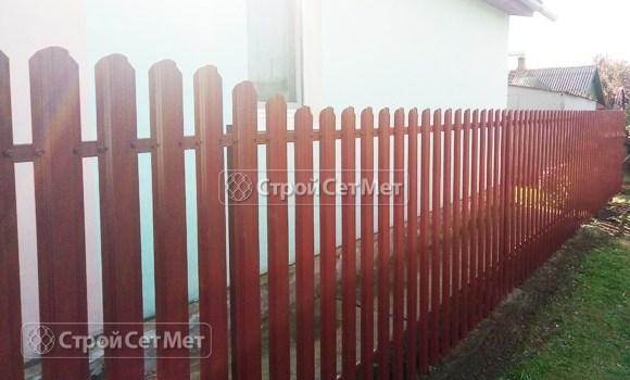 Фото 480. Забор из металлического одностороннего штакетника, из евроштакетника винно-красный RAL 3005