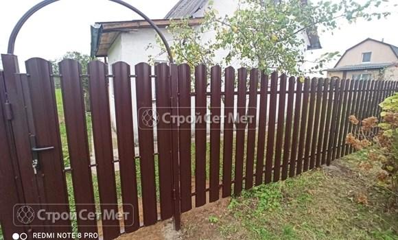 Фото 487. Забор из металлического одностороннего штакетника, из евроштакетника коричневый RAL 8017