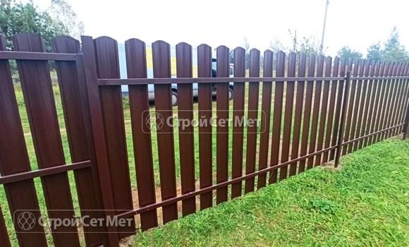 Фото 488. Забор из металлического одностороннего штакетника, из евроштакетника коричневый RAL 8017 (обратная сторона)