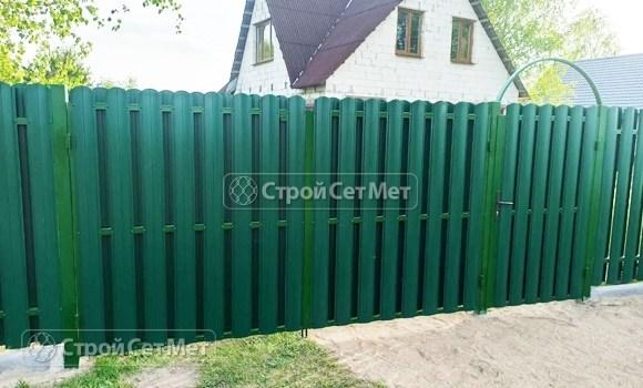 Фото 491. Забор из металлического двухстороннего штакетника, из евроштакетника зеленый мох RAL 6005
