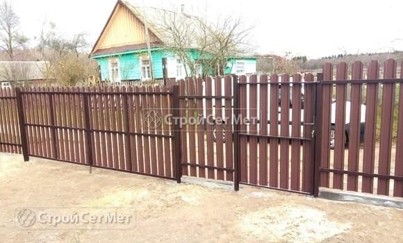 Фото 493. Забор из металлического одностороннего штакетника, из евроштакетника коричневый RAL 8017 (обратная сторона)