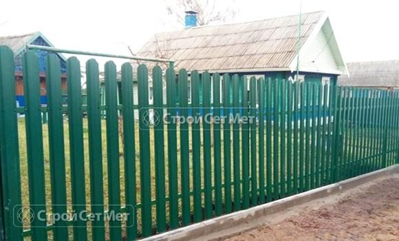 Фото 495. Забор из металлического одностороннего штакетника, из евроштакетника зеленый мох RAL 6005