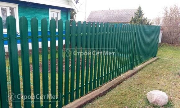 Фото 496. Забор из металлического одностороннего штакетника, из евроштакетника зеленый мох RAL 6005