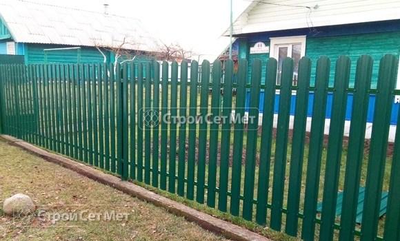 Фото 498. Забор из металлического одностороннего штакетника, из евроштакетника зеленый мох RAL 6005