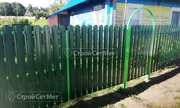 Фото 506. Забор из металлического одностороннего штакетника, из евроштакетника зеленый мох RAL 6005