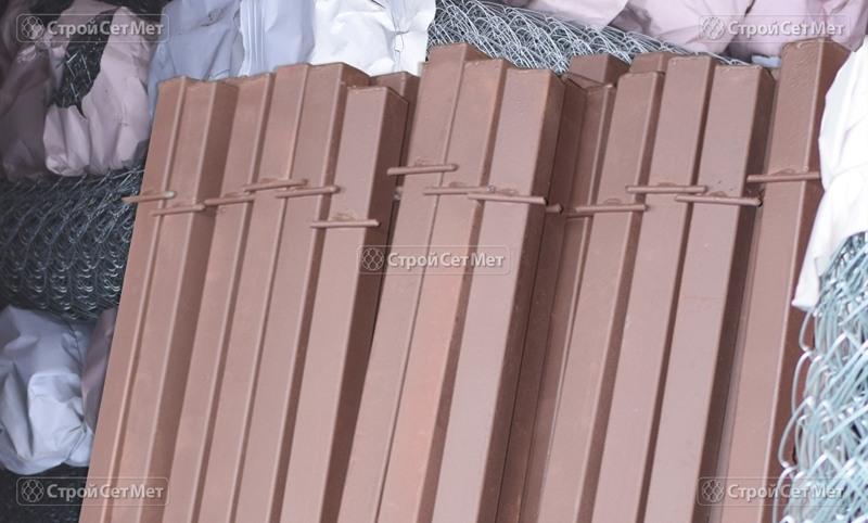 Фото 285. Столбы грунтованные для монтажа сетки рабицы